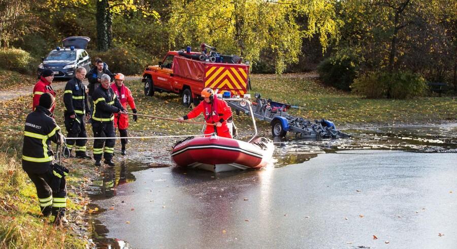 Knivdrabet i Elverparken i Herlev. Politi med hunde og brandvæsen gennemsøger søen og øen i midten af Elverparken.
