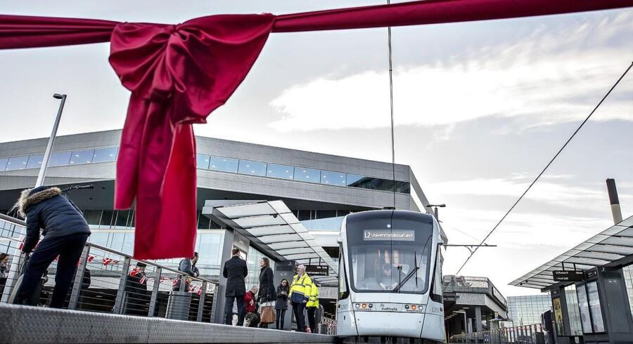 Det første letbanetog holder klar før indvielsen ved stoppestedet Dokk1 da Aarhus Letbane startede med at køre med passagerer torsdag den 21. december 2017.