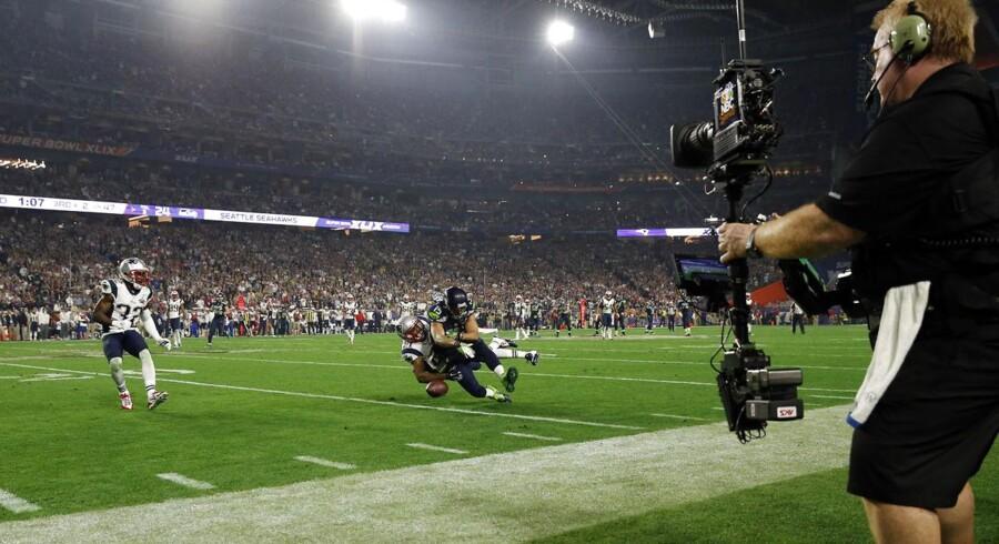 Den amerikanske TV-station NBC tjener godt 2,6 milliarder kroner i reklameindtægter ovenpå søndagens Super Bowl-finale.