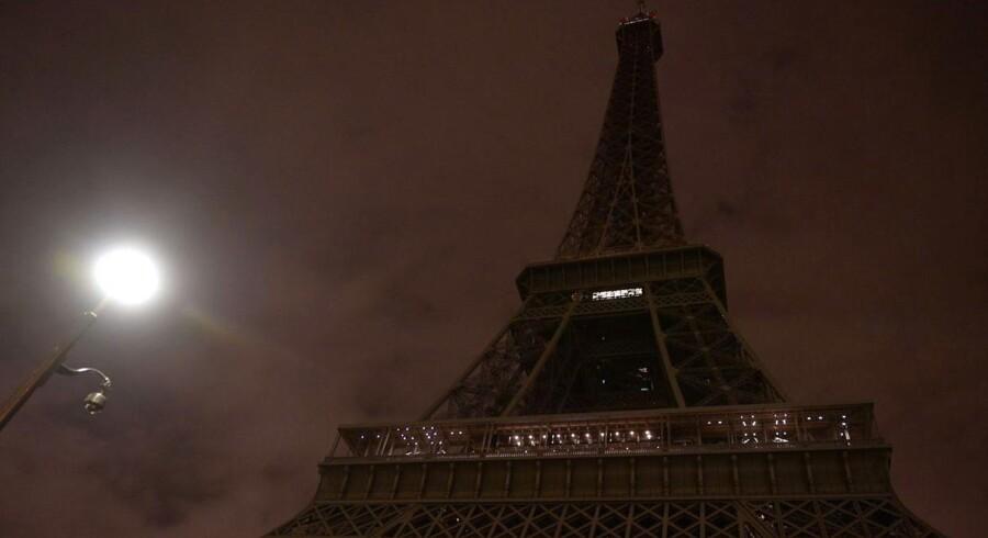 Eiffeltårnet blev i går lukket og slukket, da sorgen sænkede sig over Paris.