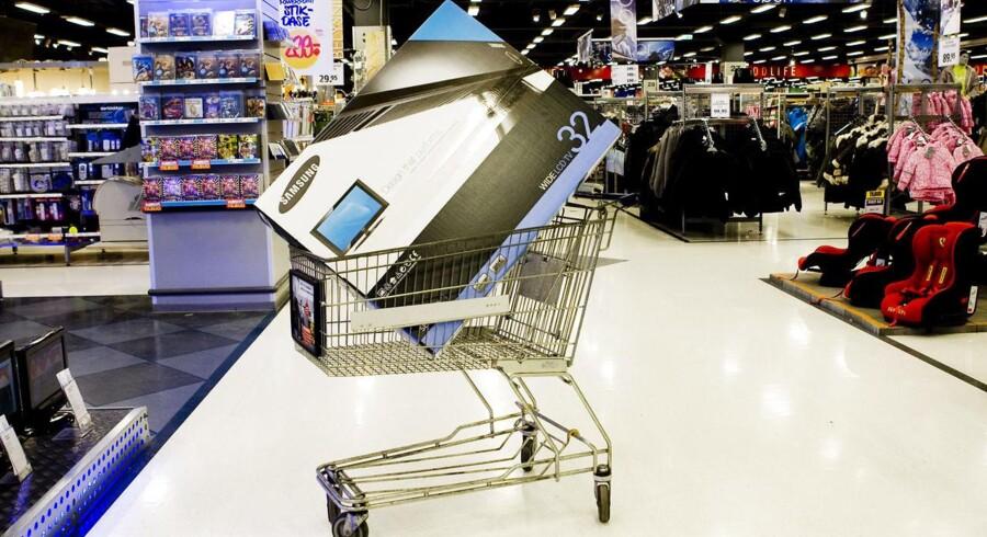 Der er blevet længere mellem indkøbsvognene med fladskærme i supermarkederne: Elektronik sælges i stigende grad på nettet og hos varehuse som Elgiganten.
