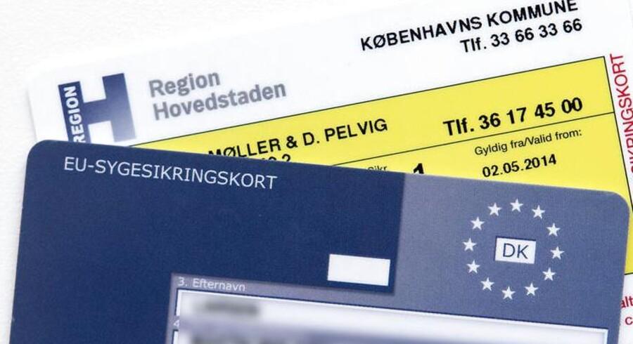 ARKIVFOTO 2014 af det gule og det blå sygesikringskort.