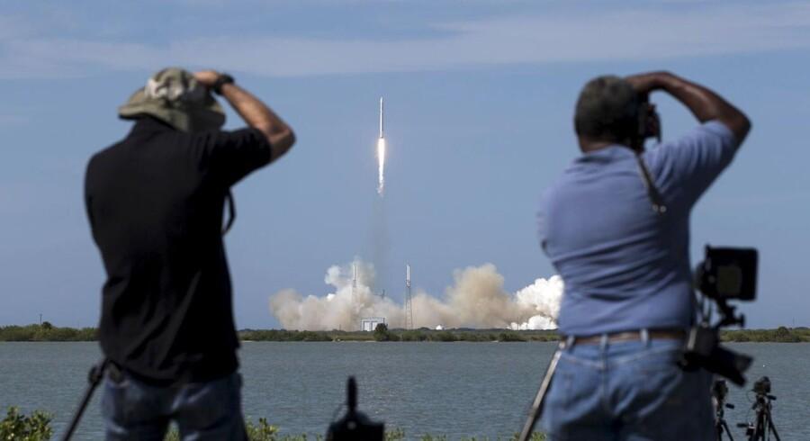 Fotografer tager billeder af den ubemandede SpaceX Falcon 9-raket ved dens affyring. Nu er den smadret.