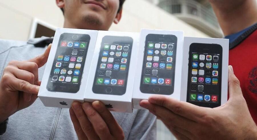 Apples nye iPhone 5S og den lidt billigere iPhone 5C er sammen med Nokias topmodel Lumia 925 de dårligste mobiltelefoner til at holde signalet, viser nye, danske målinger. Arkivfoto: Robyn Beck, AFP/Scanpix