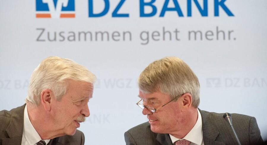 Wolfgang Kirsch (Højre), CEO for DZ Bank og Hans-Bernd Wolberg, CEO for WGZ Bank, taler sammen til pressekonference. De to store spillere i den tyske banksektor, DZ Bank og WGZ Bank, har påbegyndt forhandlingerne om en fusion, der forventes at skulle finde sted til august næste år.
