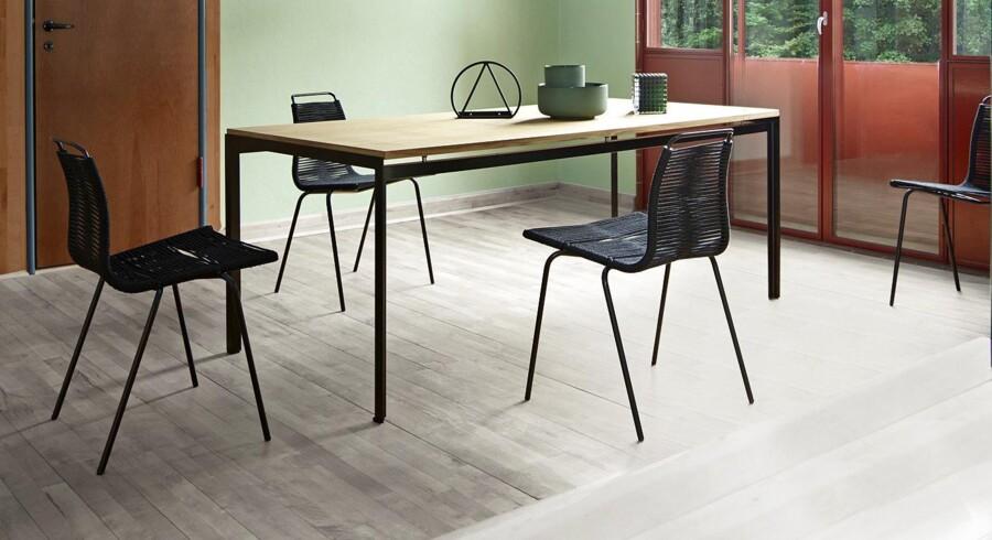 Carl Hansen & Søn har fundet Poul Kjærholms første spisebordsstol, PK1, frem og sat den i produktion igen. Den lette og elegante spisebordsstol blev i 1955 starten på en imponerende karriere og et markant eksempel på Kjærholms evne til at føje vitalitet til stålet. PK1s samspil mellem stålet og den organiske flagline gør sammen med komforten og funktionaliteten stolen til en klassiker, som vil gøre sig i de fleste indretninger. PK1 lanceres sammen med en ny variant af Poul Kjærholms PK52-borde med vendbar bordplade i laminat. PK1 designet af Poul Kjærholm fra Carl Hansen & Søn, fra 2.495 kr.
