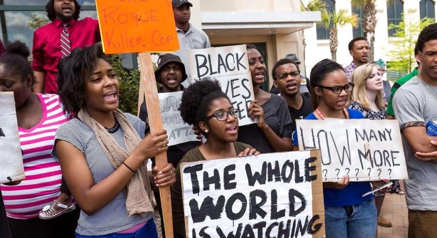 Der har været flere demonstrationer, efter en hvid betjent skød og dræbte den 50-årige Walter Scott.