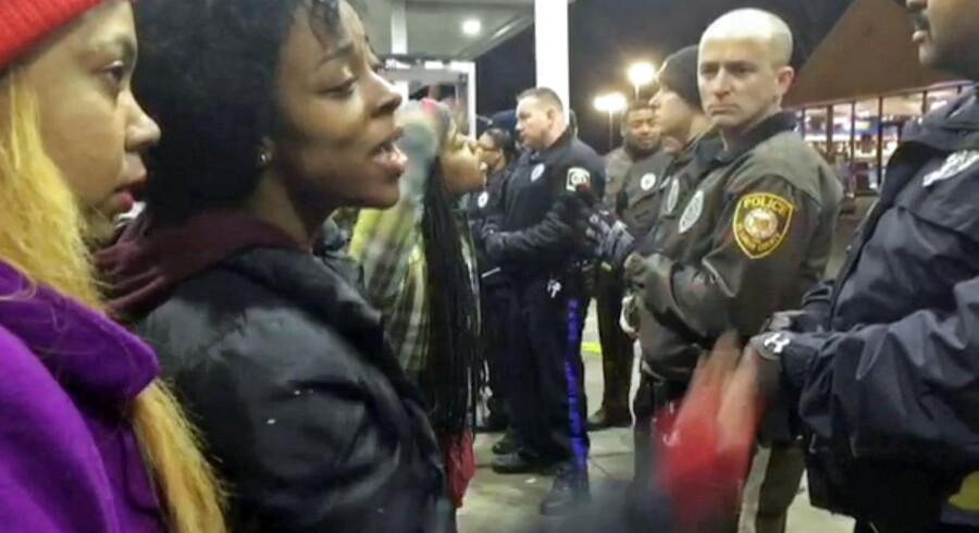 Politiet oplyser på et pressemødet, at den sorte dreng, Toni Martin, som natten til tirsdag blev skudt og dræbt af politiet, pegede på betjentene med en pistol. Her diskuterer en lokal indbygger med politiet i Berkeley, St. Louis, Missouri, hvor Toni Martin blev dræbt.