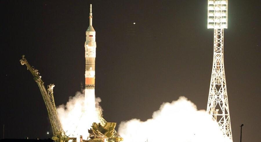 Soyuz TMA-17M-rumfartøjet hæver sig langsomt fra den kazakiske steppe med kurs mod Den Internationale Rumstation, ISS. Lyssætningen står de vældige raketmotorer for.