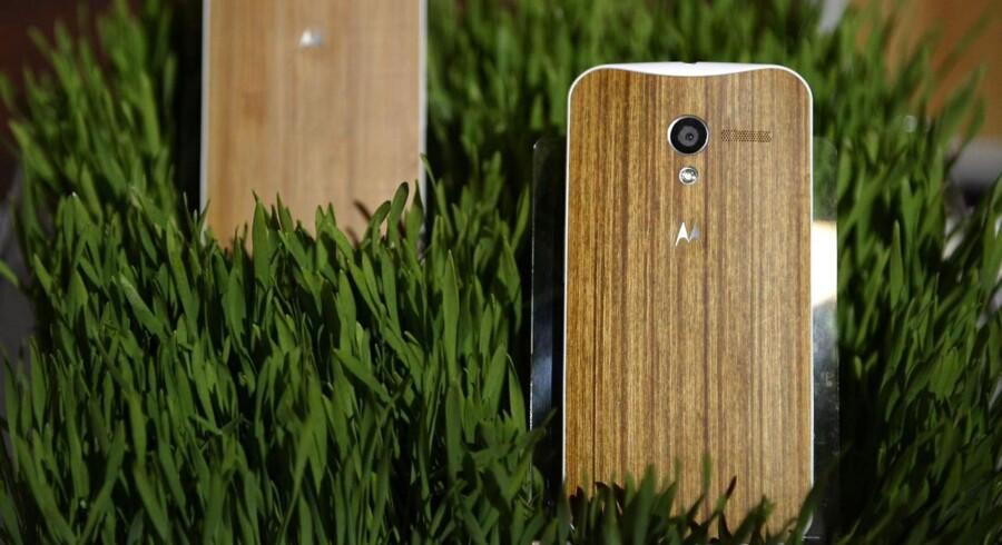 De amerikanske anmeldere er begejstrede for Google og Motorolas telefon, Moto X. Blandt andet muligheden for at tilpasse udseendet, som her med en bagside af træ, rammer plet.