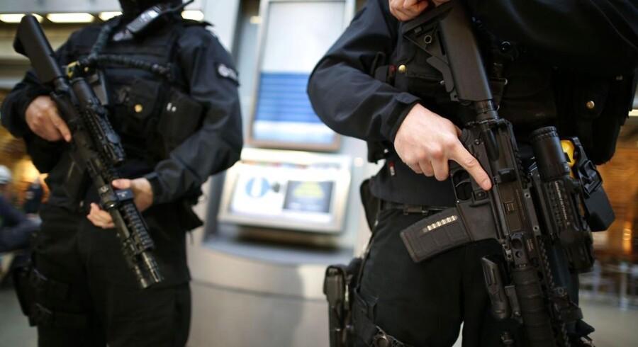 Storbritannien har hævet sit trusselsniveau efter attentatet mod det satiriske ugeblad Charlie Hedbo i Paris onsdag. Her er vi på jernbanestationen St. Pancras i London.