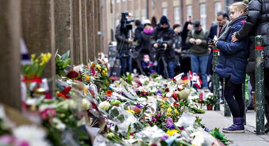 ARKIVFOTO 2015 af blomster foran den jødiske Synagoge i Krystalgade nogle dage efter terrorangrebet.