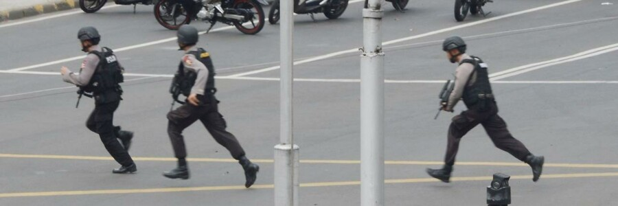 En IS-tilknyttet gruppe kan have stået bag angrebet i Jakarta.