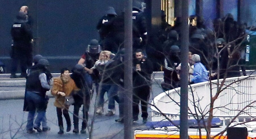 Specialstyrker evakuerer gidsler fra det jødiske supermarked i Paris.