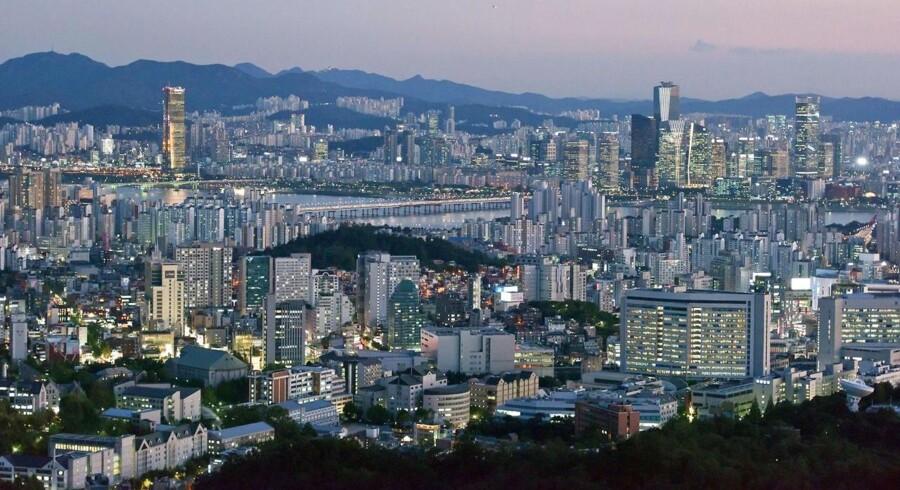 Seoul er i konstant forandring. I nattemørket kan man ane byens knap 70 skyskrabere. Kommer man tilbage om nogle få år, vil byen formentlig se meget anderledes ud, for i 2017 vil der være yderligere 17 skyskrabere. I 2022 endnu yderligere 22.