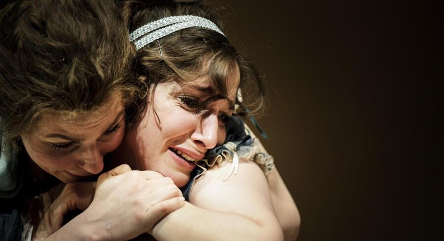 Romatik, tak: Cecilie Stenspil og Sofia Nolsøe i »Fornuft og følelse« på Aarhus Teater. Foto: Rumle Skafte.