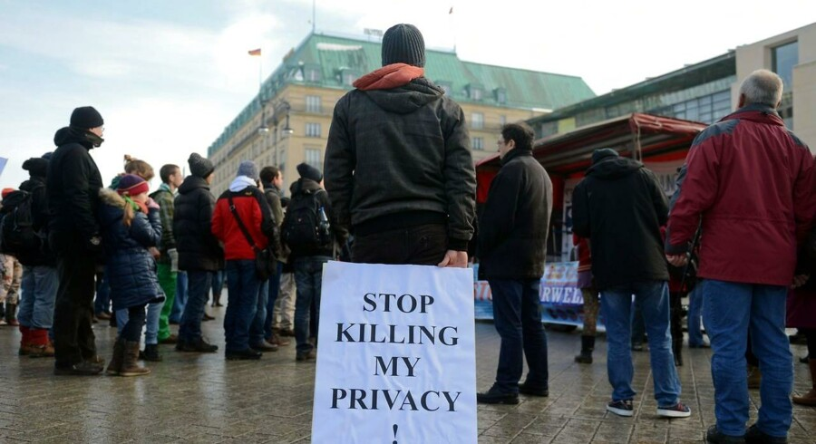 Demonstranter foran den amerikanske ambassade i Berlin kræver stop for den omfattende overvågning, som den skandaleramte efterretningstjeneste NSA er midtpunkt i. De kræver al snagen i deres privatliv stoppet. Foto: Britta Pedersen, DPA/Scanpix