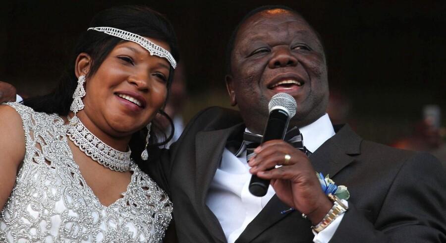 Selvom retten både forbød brylluppet på borgerlig vis og ved en traditionel ceremoni, blev parret lørdag gift på traditionel vis i offentligt skue i Zimbabwes hovedstad Harare i henhold til landets stammelove,