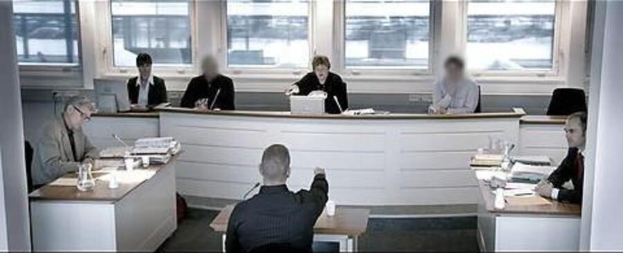 Eva Mulvads dokumentarfilm »Med døden til følge« er det hidtil eneste eksempel på, at man har givet udvidet tiladelse til at filme under en dansk retsprocedure. Foto fra filmen