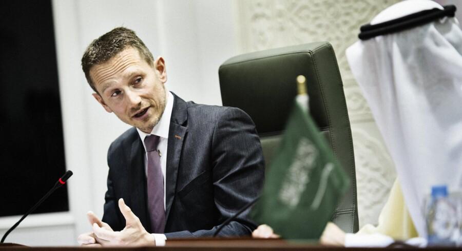 Udenrigsminister Kristian Jensen til pressemøde med Saudi-Arabiens udenrigsminister søndag den 28. februar 2016 i anledning af Danmarks handelsfremstød, hvor bl.a. Kronprinseparret deltager. Fotograferet i Saudi-Arabiens udenrigsministerium.