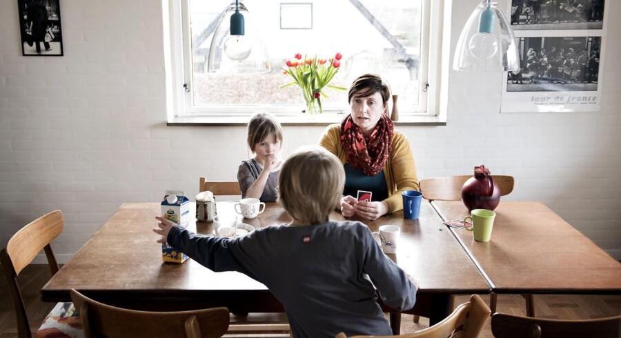 Der er stadig mange boligejere, som tøver med at omlægge deres lån, selvom der kan være store besparelser. Case på en familie, som netop nu er i gang med at omlægge deres lån. Lisbet Møller Nielsen sammen med sine børn, Jens, 7 år og Marie, 5 år.