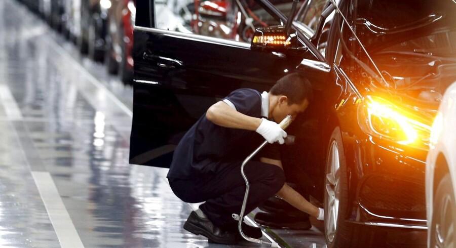 Foto: Medarbejder i Beijing Benz Automotive Co. i Kina, 31. august 2015. Såvel den kinesiske fremstillingssektor som serviceindustrien viser nedadgående aktivitet i august, og mens der for fremstillingssektoren er tale om direkte faldende aktivitet, er væksten i serviceindustrien nu lavere end i juli.
