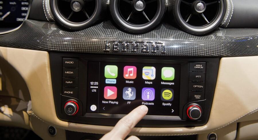 Det nye Carplay-system fra Apple er her installeret i en Ferrari FF, som er udstillet på den internationale biludstilling i Geneve i Schweiz, som finder sted fra 6. til 16. marts. Foto: Sandro Campardo/EPA