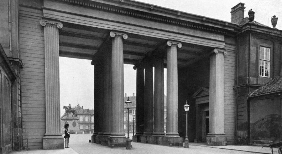 Harsdorffs kolonnade med den praktiske gang, som forbandt kronprinsens palæ til højre med kongens palæ til venstre.