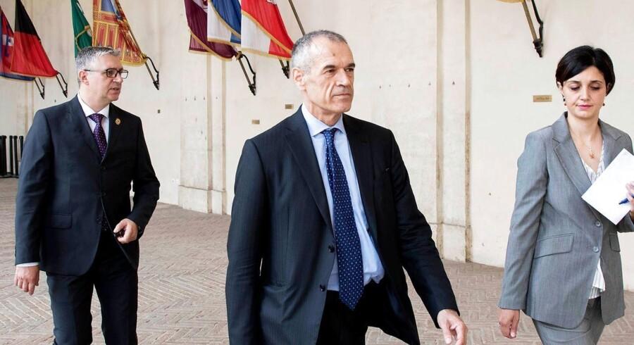 Italiens præsident har givet økonomen Carlo Cottarelli opgaven at danne en ny regering, skriver nyhedsbureauet dpa.