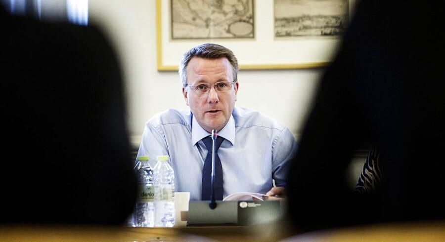 Justitsminister Morten Bødskov (S) mener, at danskerne kan være trygge ved det samarbejde, Danmark har med andre landes efterretningstjenester. Samtidig er der et udbredt ønske om mere åbenhed fra en række partier på Christiansborg.