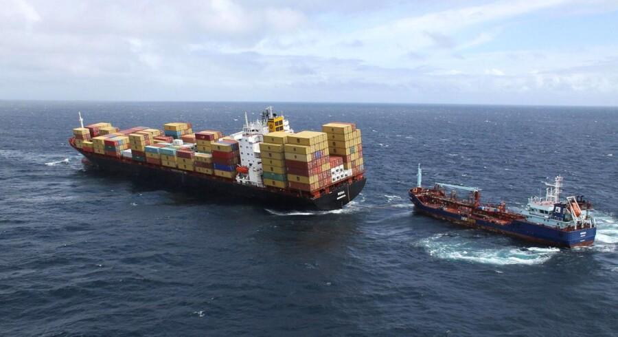 """Containerskibet """"Rena"""" er grundstødt tæt på New Zealands Tauranga-havn. Olie fra skibet strømmer ud ved New Zealands flotte Bay of Plenty, mens mandskab rydder op i en kamp mod uret."""