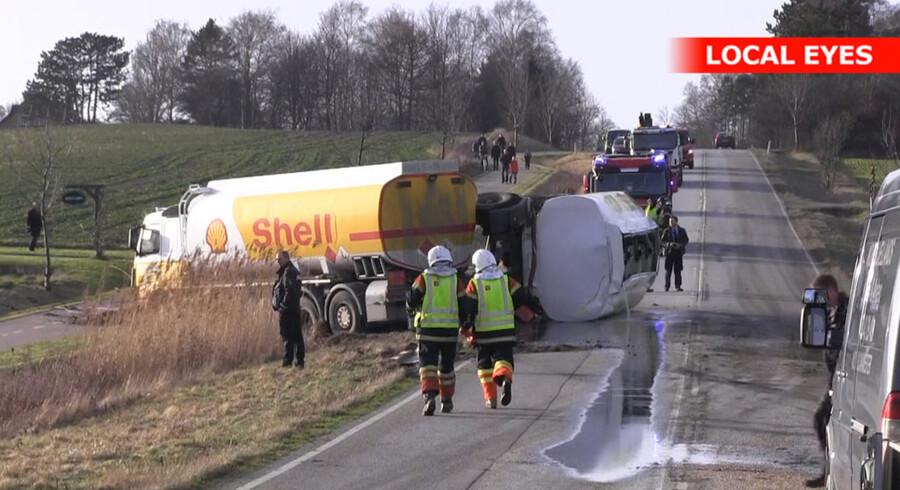 En væltet tankvogn mellem Frederiksværk og Helsinge lækkede mandag olie.