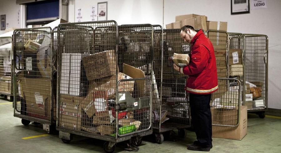 -Arkiv- SE RITZAU Post Danmark under pres BV.: Julehandlen på nettet er steget voldsomt i år, hvilket især påvirker Post Danmark, der skal fordele alle pakkerne rundt til kunder. I Distributionscenteret i København arbejdes der i døgndrift for at nå at få alle pakker ud inden jul. 119 ansatte pakker, sorterer, fordeler og kører posten ud til både private og erhvervskunder.