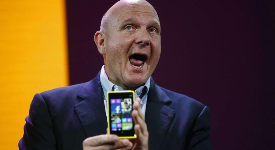 Hvis du har tænkt dig at købe samme telefon som denne mand, skal du skynde dig at få den sat op med Googles tjenester. Fra 30. januar kan det nemlig ikke lad sig gøre længere, medmindre Microsoft finder en løsning.