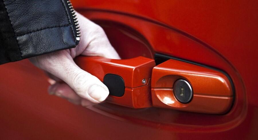 Bilen er nøgleløs - og døren låser op, hvis du tager i håndtaget. Men den er også nem at stjæle for biltyve.