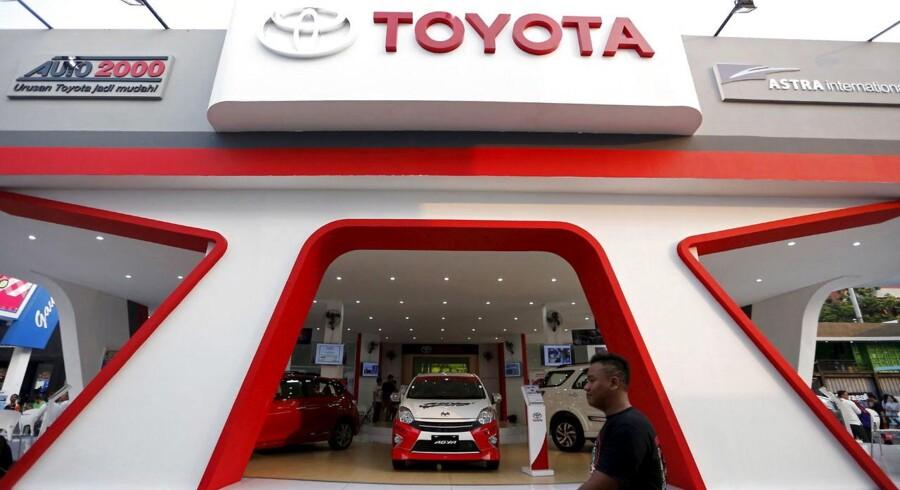 Toyota racer udenom Volkswagen i kampen om det globale bilsalg.