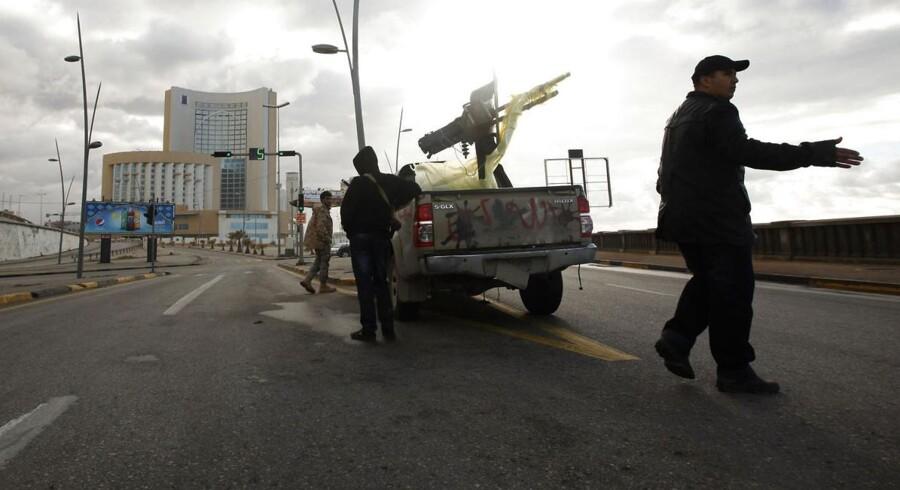 Libyske sikkerhedsstyrker omringede tirsdag Corinthia Hotel i hovedstaden, Tripoli, hvor mindst otte blev dræbt i forbindelse med et bilbombeangreb, som udviklede sig til et gidseldrama på det populære luksushotel. IS har taget ansvaret for angrebet. Foto: Mahmud Turkia/AFP
