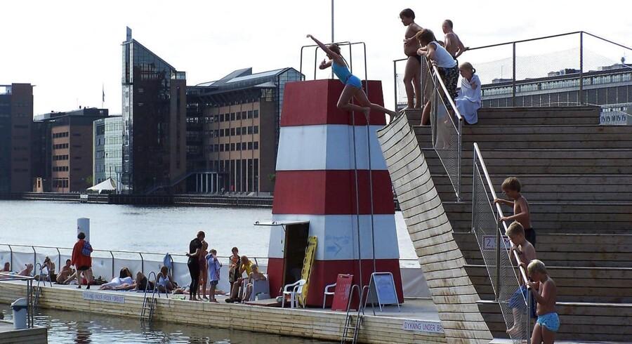 På en varm sommerdag tiltrækker de københavnske havnebade op mod 4.000 vandglade gæster. Foto: Brian Bergmann