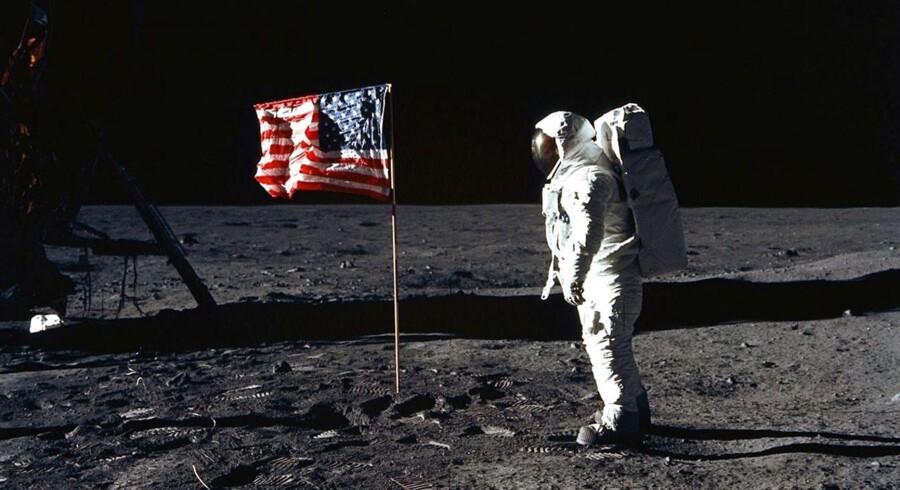 Edwin E. Aldrin, Jr. (billedet) stod 16. juli 1969 sammen med Neil Armstrong som de første mennesker på Månen. Men siden har mange sat spørgsmålstegn ved, om det er sandt. Konspirationsteorier siger, at det i stedet er billeder optaget i et studie i Hollywood, som verden blev præsenteret for. Nu vil en russisk forsker og hans kolleger en gang for alle mane uvisheden i jorden, og det skal ske ved at sende en sonde til Månen. De samler ind til projektet via nettet - og successen er overvældende.