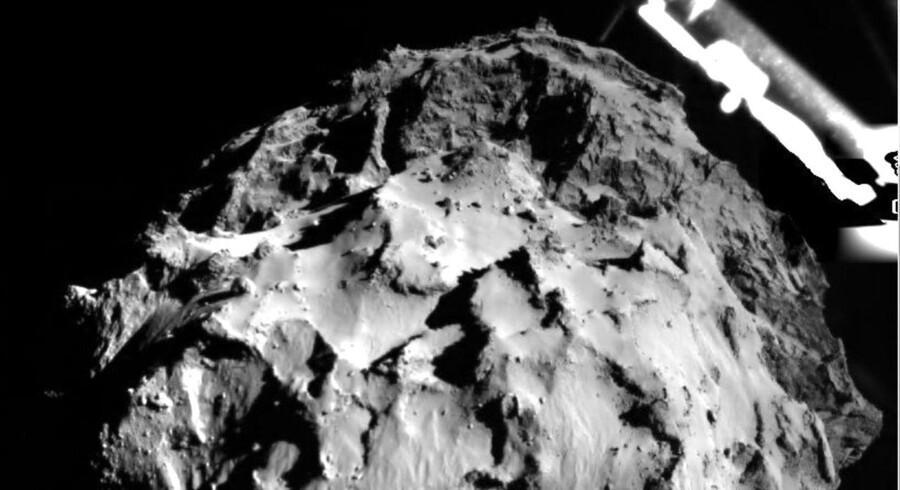 Et billede fra ESA, der viser kometen 67P under rumfartøjet Philaes landing. Klik videre og se det i fuld størrelse.