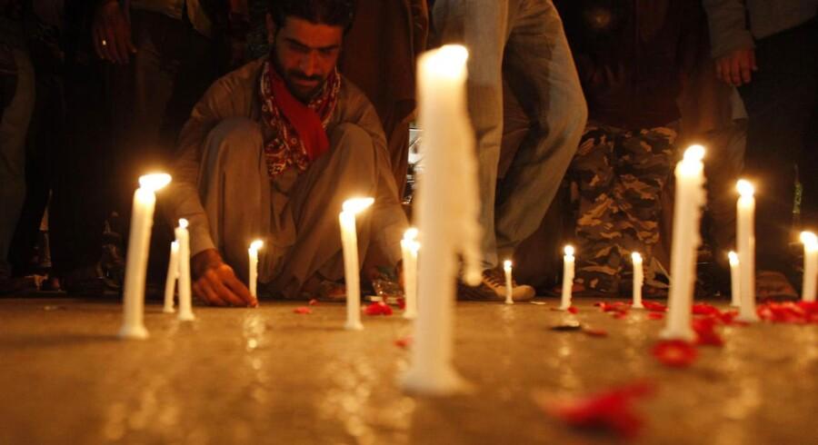 Mindst 130 mistede livet, da Taleban angreb en folkeskole i Peshawar i Pakistan. Sørgende tænder lys for de dræbte.