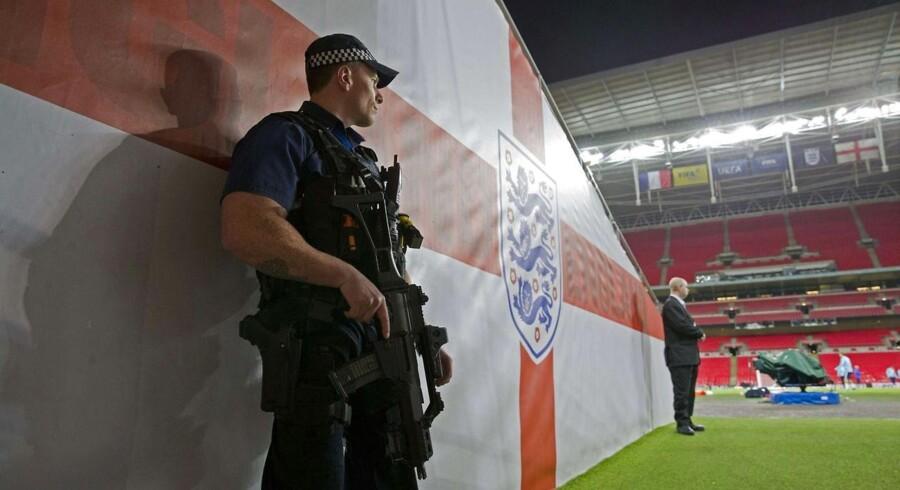 En politibetjent står vagt ved spillertunnellen ind til grønsværen på Wembley, hvor England tager imod Frankrig i en venskabslandskamp tirsdag aften - blot fire døgn efter terrorangrebet i Paris.