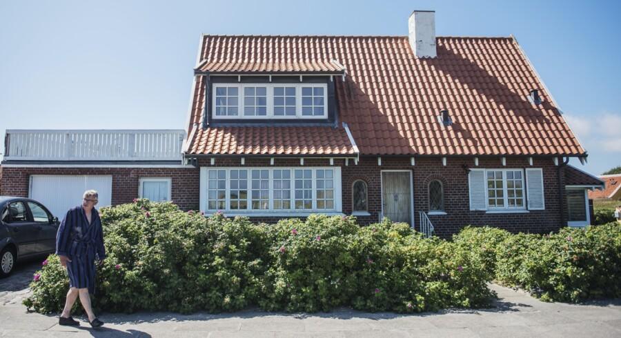 Hvis man drømmer om et hus i eller omkring Skagen, kræver det en bankkonto af en vis størrelse. Det dyreste, der er til salg lige i øjeblikket, er udbudt til 16,4 mio. kroner og ligger på Østre Strandvej i Østerby. På Østerbyvej (herover) kan man dog »nøjes« med at betale 9.995.000 kroner, hvis man er villig til at give udbudsprisen. Der findes også billigere huse omkring byen, men man skal stadig være indstillet på at slippe flere millioner for selv små og ydmyge huse. Foto: Ólafur Steinar Gestsson og Henning Bagger