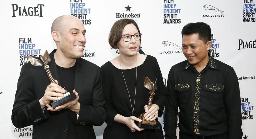Joshua Oppenheimer, producer Signe Byrge Sørensen og hovedpersonen i dokumentaren, Ari Rukun.