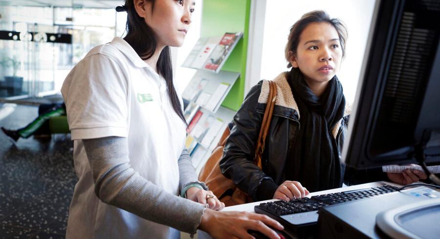 Belinda Vergara, 31 år, får hjælp til at flytte sin adresse digitalt af Anna Chiang. Hun får hjælp på en af de nye hjælpestationer hos Borgerservice, hvor borgerne kan få hjælp til de digitale systemer. Anna Chiang fortæller, at de hjælper et sted mellem 20 og 30 borgere om dagen.