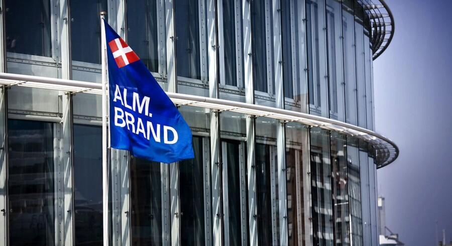 Alm. Brand logo på flag udenfor hovedkvateret på Midtermolen i København. Danmarks fjerdestørste forsikringsselskab ser lysere på resten af året efter første kvartal.