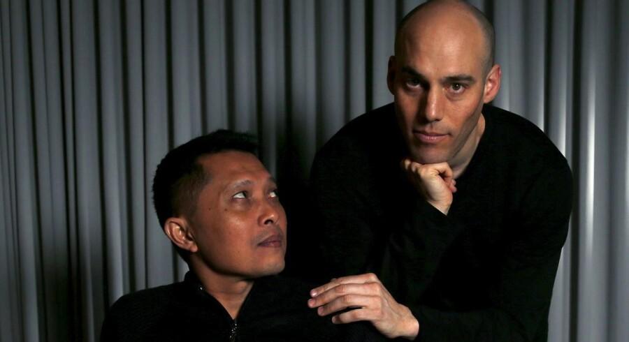 Joshua Oppenheimer sammen med Adi Rukun, hvis bror Ramli Rukun blev dræbt under den vold, som beskrives i Oppenheimers film.