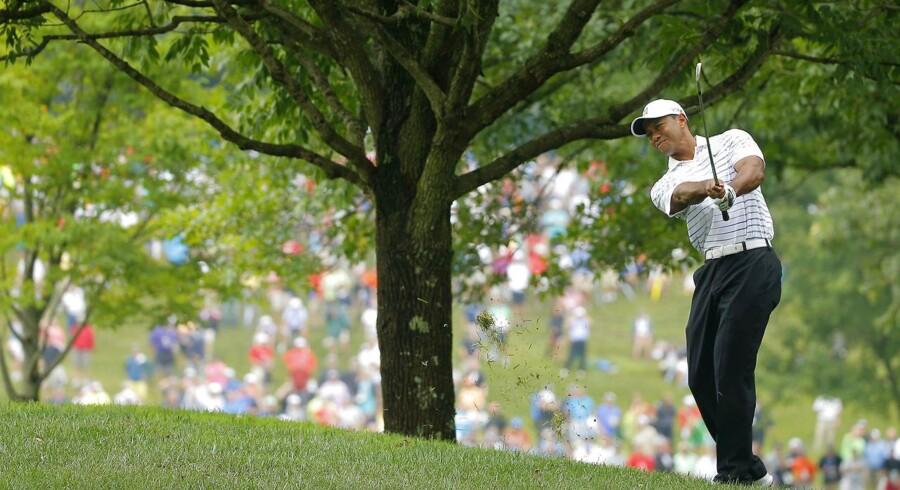 Sportskoncernen Nike har i årtier dyrket enkelt sportsstjerner, som har markedsført Nikes produkter og brand. Men flere gange inden for de seneste 15 år er stjernerne endt i skandaler, og røget i unåde hos Nike.En af de absolut største sportsstjerner på Nikes lønningsliste var Tiger Woods.Da Tiger Woods i 1996 gjorde sin entre på den professionelle golfscene, fordobledes seertallene på amerikansk tv, mens den økonomiske omsætning i golfindustrien tredobledes i løbet af det følgende årti.Men netop som Tiger Woods i efteråret 2009 blev den første sportsstjerne, der rundede en milliard dollars i indtjening, førte storheden til et brat fald på popularitetsskalaen. Et biluheld i Florida blev optakten til afsløringen af en omfattende sexskandale. Det fik sponsorerne til at flygte og omsætningen i golfindustrien raslede ned