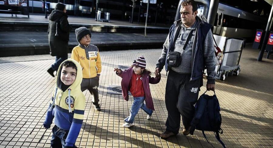 På trods af Sveriges åbne udlændingepolitik indførte landet torsdag delvis grænsekontrol de næste 10 dage frem. Her er vi på Hyllie station, hvor det svenske politi er mødt talstærkt op for at kontrollere pas. Flygtninge uden gyldige papirer skal søge asyl i sverige, ellers bliver de sendt tilbage til Danmark. Abdelrazak Dergham med sin datter Radia Dergham og sønnerne Ahmad Dergham og Mahmoud Dergham er på vej tilbage på hovedbanegården hvor næste valg skal træffes. Familien vil gerne til Norge.