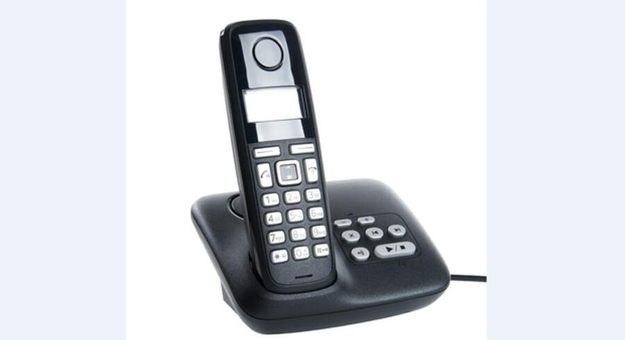 Den gamle fastnettelefon - eller her: den moderne udgave med en base og en trådløs telefon - er langtfra død, mener TDC, som nu prøver at motivere fastnetabonnenterne til at beholde abonnementet længe endnu. Arkivfoto: Iris/Scanpix